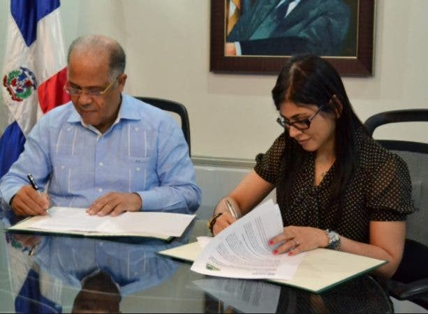 Fiscal Diná Llaverías explica motivo aparece en foto con ex director OMSA