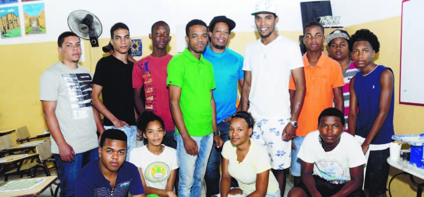 Parte de los 20 jóvenes inscritos en el taller de confección y diseño de joyas en larimar y ámbar, junto a los profesores Johan Castro y Juan Gabriel Sánchez