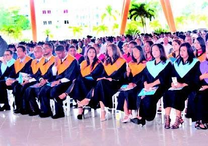 Parte de los graduandos en la ceremonia