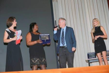 Nidia Valdez Paulino recibe premio en Italia por la Cumbre de Comunicación Política