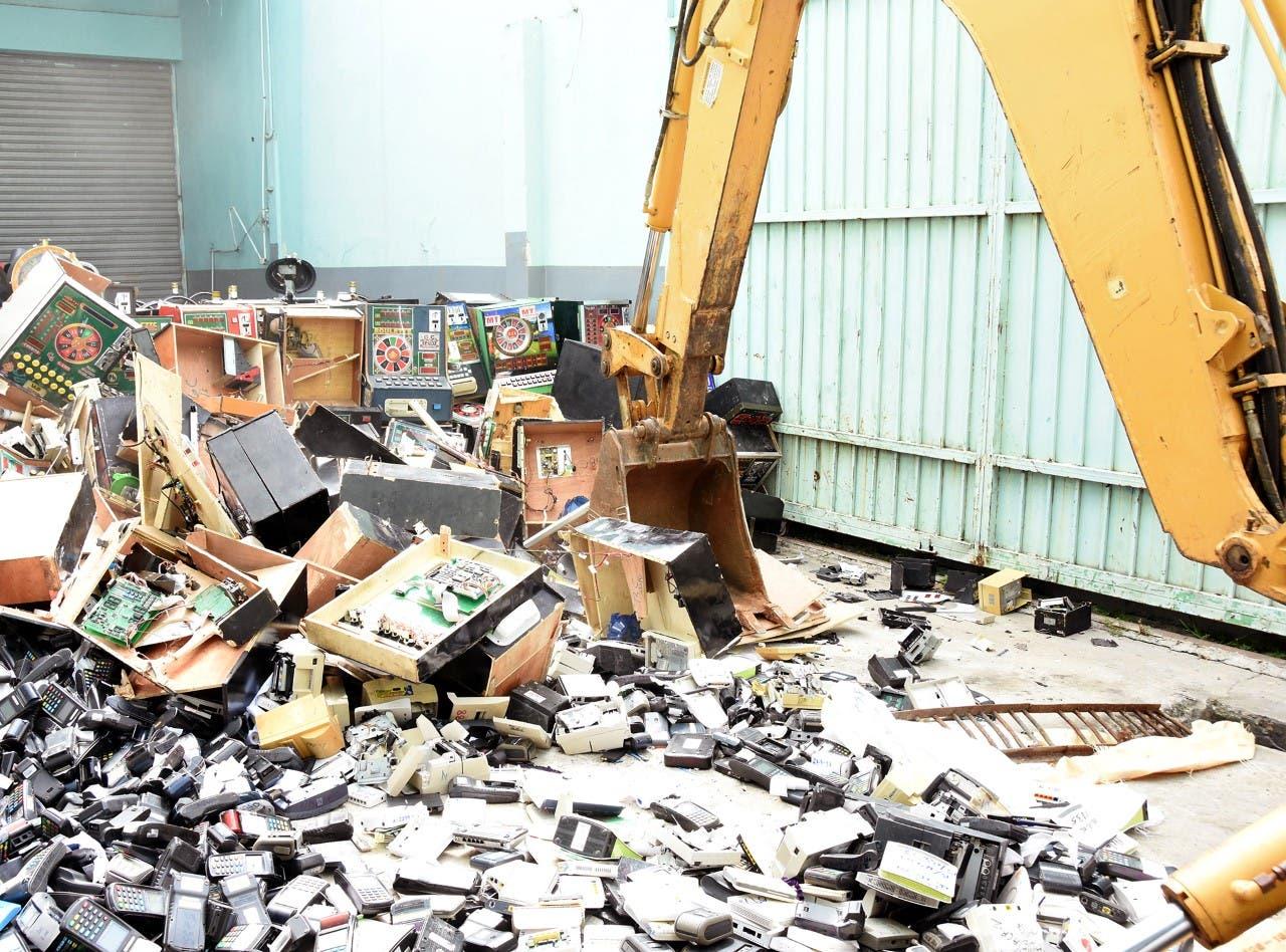 """Destruyen máquinas """"tragamonedas» y equipos que operaban de manera ilegal"""
