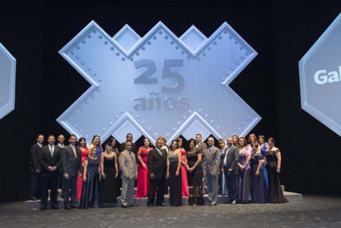 Empleados de Banreservas que recibieron reconocimientos por cumplir 25 años de labores ininterrumpidas en esa institución financiera.