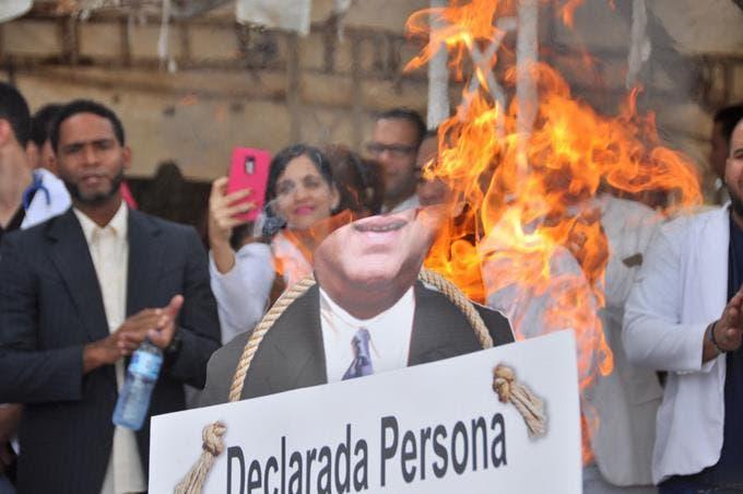 Videos: Médicos queman figura de Nelson Rodríguez Monegro