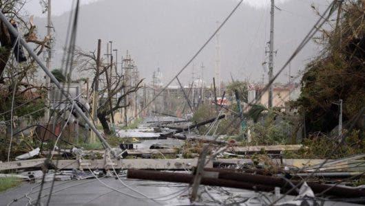 Postes de electricidad yacen desparramados en el suelo, tras el paso del huracán María por Puerto Rico. /AP. Archivo.