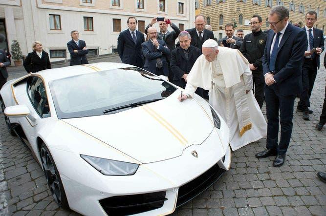 Papa subastará Lamborghini para ayudar a cristianos en Irak
