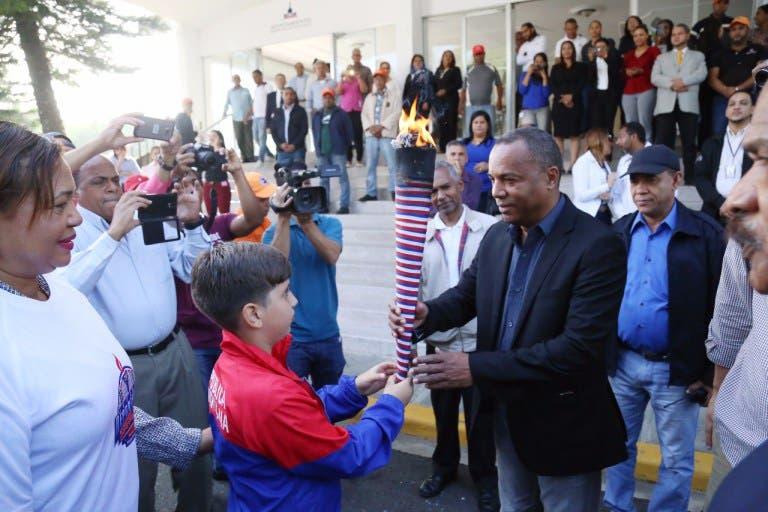Autoridades reciben la antorcha de los Juegos Escolares Nacionales 2017