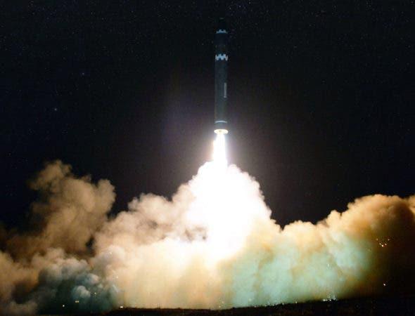 En esta imagen proporcionada el jueves 30 de noviembre de 2017 por el gobierno de Corea del Norte se muestra al Hwasong-15, un misil balístico intercontinental, que fue lanzado por Pyongyang el miércoles 29 de noviembre del mismo año. (Korean Central News Agency/Korea News Service vía AP)