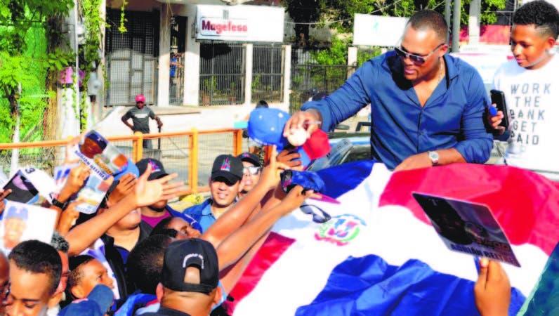 Adrian Beltré sacó tiempo en su recorrido para firmar bolas, autógrafos, gorras y camisetas a los jóvenes que se les acercaban al vehículo durante la caravana donde fue recibido por el gobierno dominicano.