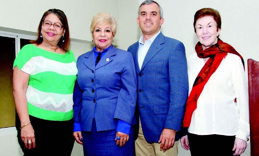 Ana Silvia Reynoso, Ana Julia Reynoso, Iván Hernández Guzmán y Sonia Guzmán, luego de la conferencia
