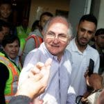 El alcalde de Caracas Antonio Ledezma saluda a un periodista en el aeropuerto internacional El Dorado/AP