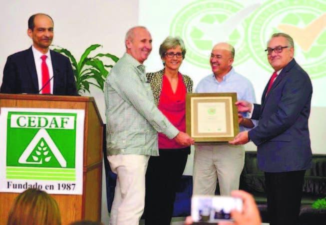 Cedaf, el Ministerio de Medio Ambiente entregan certificación de Sostenibilidad 3Rs