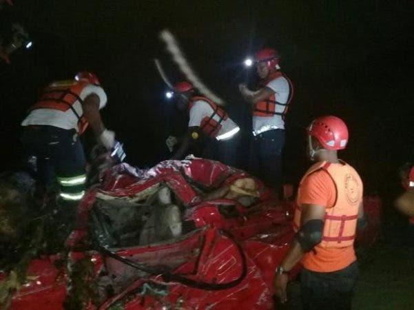 Así quedó el vehículo arrastrado por las aguas del río Camú. Foto: @miguel0415.