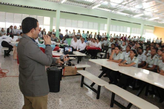 Doctor Alejandro Soto explica a estudiantes la importancia de donar sangre