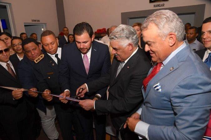 El Ministro de Relaciones Exteriores, Miguel Vargas, corta la cinta inauguracion cuartel de bomberos de San José de OCOA