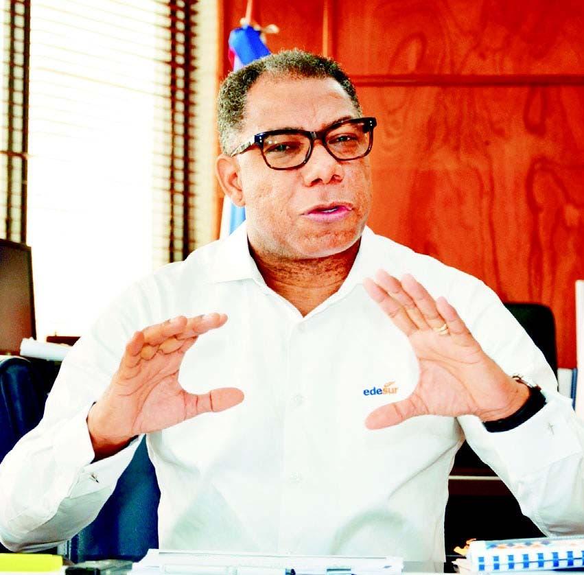 El administrador de Edesur, Radhamés del Carmen Maríñez, mientras era entrevistado en su despacho