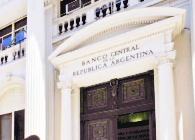 El banco central de Argentina incrementó inesperadamente los costos de endeudamiento .