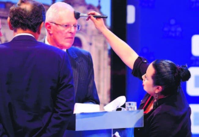 El candidato presidencial Pedro Pablo Kuczynski (c) es maquillado durante un receso, en el último debate