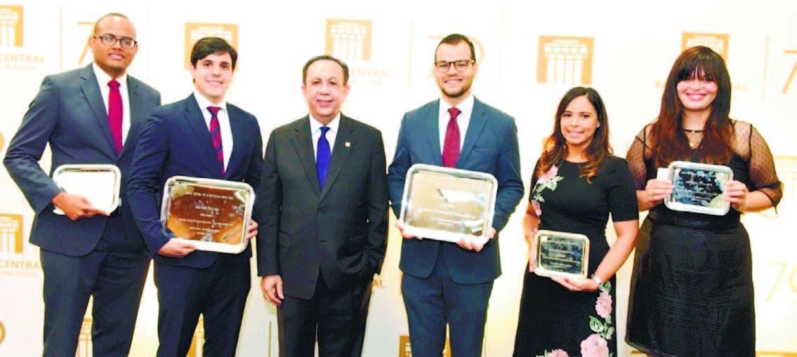 El gobernador del BC, Héctor Valdez Albizu, entrega los premios de los ganadore s.