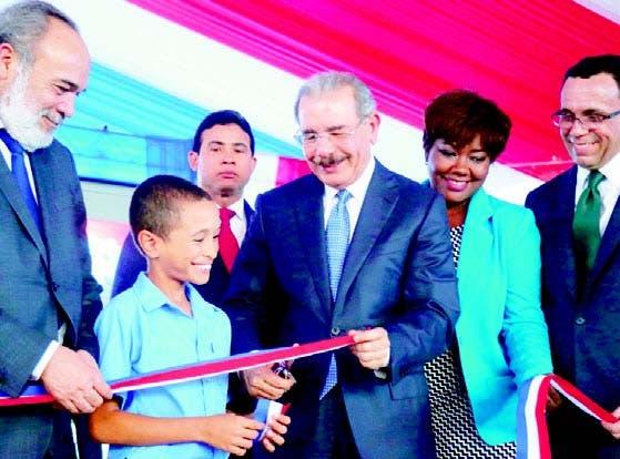El presidente Danilo Medina inauguró con funcionarios y comunidad