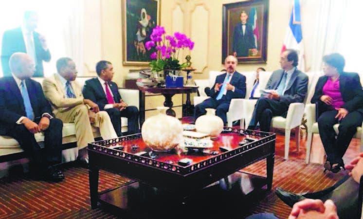 El presidente Danilo Medina junto a funcionarios y representantes educativos de Nueva York.