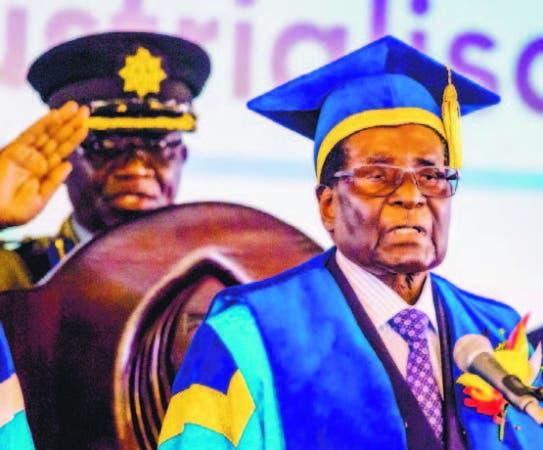 El presidente Robert Mugabe reapareció ayer en una graduación