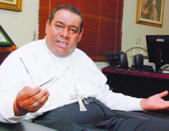 El reverendo padre Jesús Castro Marte, magnífico rector de la Universidad Católica Santo Domingo (UCSD), expone los planes de modernización de esa institución académica