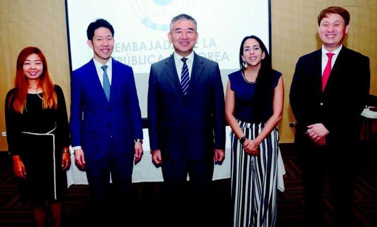 Hanah Choi, Taek Jin Han, el embajador de Corea, Byung-Yun Kim; María Eugenia Rosario y