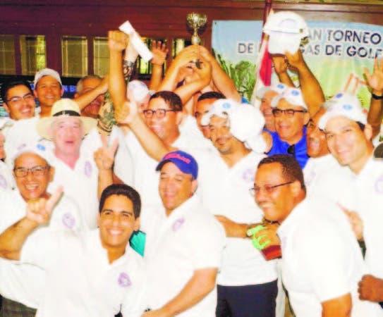 Integrantes del equipo MILPOL, campeón en el torneo de golf