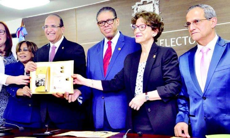 La JCE y el Instituto Postal Dominicano ponen a circular sello sobre 75 años ciudadanía de mujer de RD