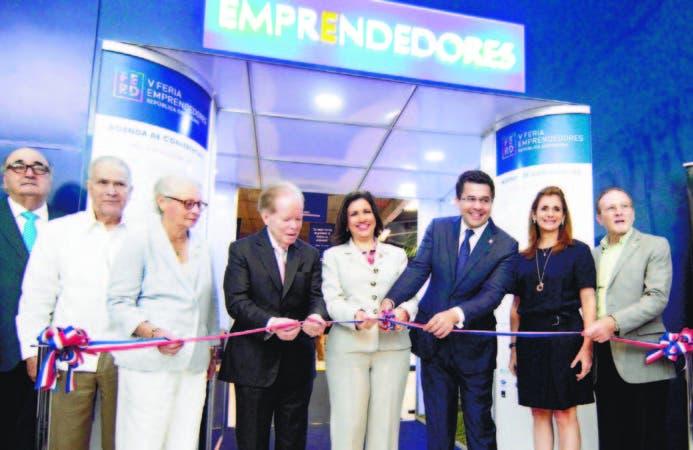La vicepresidenta Margarita Cedeño, el alcalde David Collado, el empresario Pepín Corripio, entre otros, en el corte de cinta para abrir la feria.