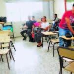 Maestra con sus estudiantes durante el paro de docencia
