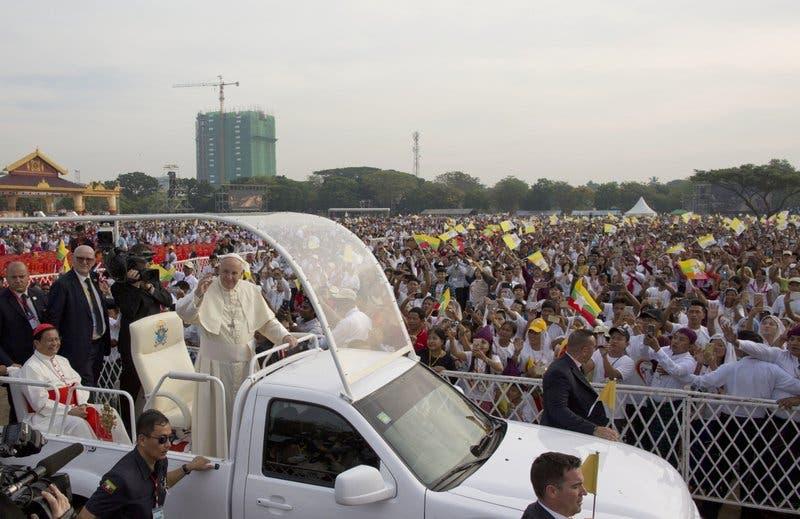 El papa predica el perdón durante su primera misa en Myanmar