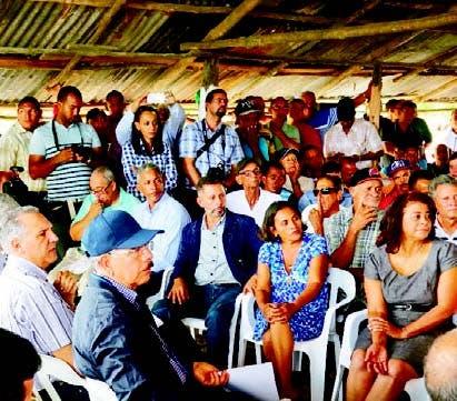 Presidente Danilo Medina junto a los productores