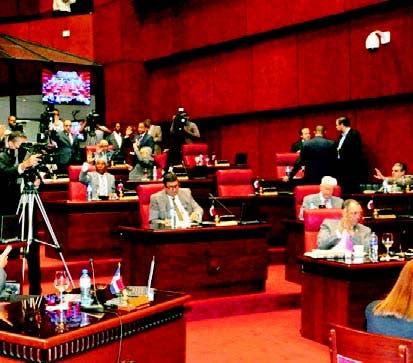 Senadores durante la sesión de ayer