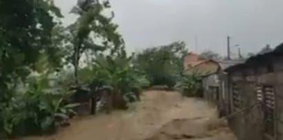 Las lluvias de la vaguada que incide sobre el territorio nacional ha generado inundaciones y desbordamiento de ríos. Foto: @angelgonzaarias.