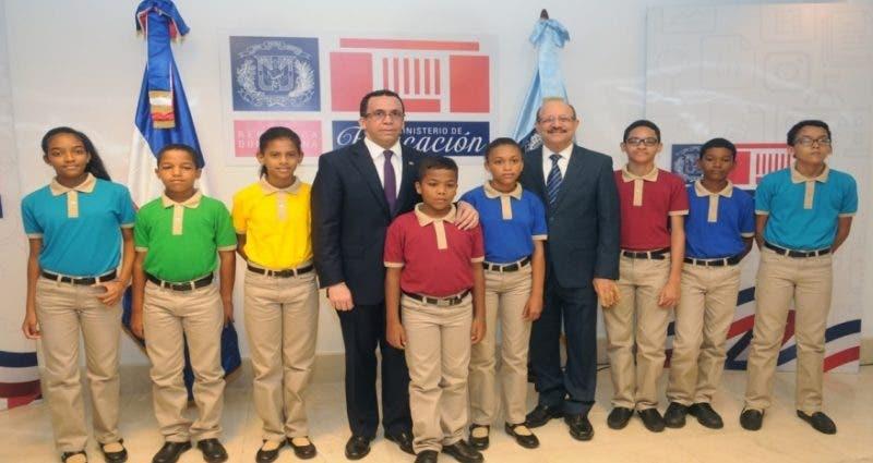 El presidente Danilo Medina y el ministro Andrés Navarro en compañía de estudiantes que exhiben los modelos de uniformes/Foto: Minerd