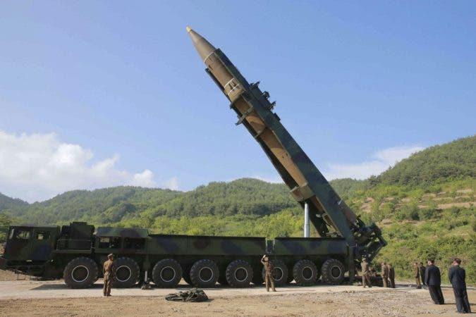 NFH02 - (COREA DEL NORTE), 28/07/2017.- Fotografía fechada el 4 de julio de 2017 y cedida hoy, 28 de julio, que muestra el misil balístico intercontinental, Hwasong-14, en Corea del Norte. Según varios medios de comunicación, el Gobierno de Tokio y el Pentágono confirmaron que Corea del Norte lanzó hoy el mísil balísitico hacia el Mar de Japón y que podría haber caído en aguas de la zona económica exclusiva (ZEE). EFE/Kcna FOTOGRADÍA CEDIDA POR LA AGENCIA KCNA /SÓLO USO EDITORIAL/ NO VENTA