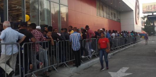 Videos: Personas acuden aprovechar las ofertas del Black Friday desde tempranas horas