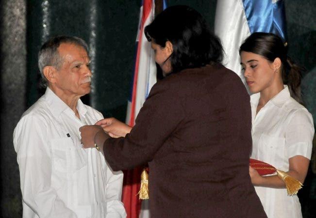 Mercedes López Acea Primera Secretaria del l Comite Provincial del Partido en la Habana en trega la Orden de la Amistad a Oscar López Rivera
