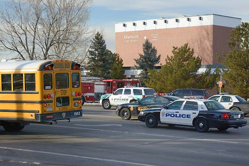 BLP09. Centennial (United States), 13/12/2013.- Law enforcement vehicles are parked outside Arapahoe High School as a school bus waits to pick-up children after a school shooting in Denver, Colorado, USA 13 December, 2013. Students were bussed from the the school football field to a nearby church to be reunited with their parents. An unidentified student fired on fellow students critically injuring one. The gunman then killed himself. EFE/EPA/BOB PEARSON