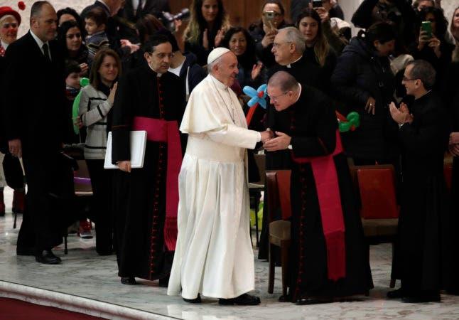 El papa Francisco arriba a su audiencia general semanal en el Aula Paulo VI en el Vaticano, miércoles 6 de diciembre de 2017. (AP Foto/Alessandra Tarantino)