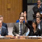 La embajadora de EEUU en la ONU, Nikki Haley, vota en el Consejo de Seguridad contra una resolución relativa al estatus de Jerusalén, en la sede de la ONU, 18 de diciembre de 2017.  (Eskinder Debebe/United Nations via AP)