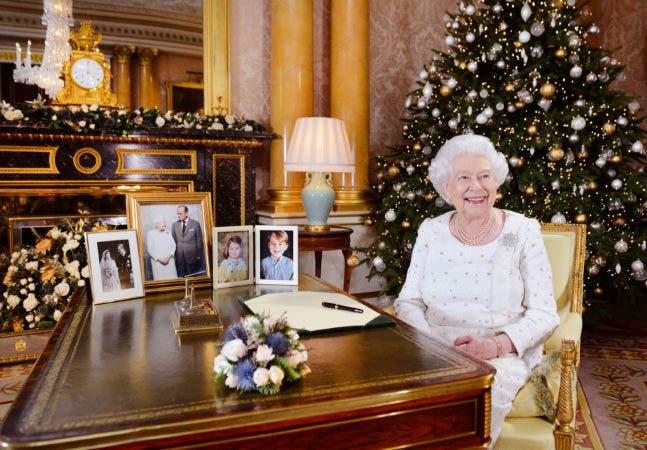 En esta fotografía difundida el lunes 25 de diciembre de 2017, la reina Isabel II posa sentada en un escritorio en la habitación 1844 del Palacio de Buckingham, en Londres, después de grabar su mensaje por el día de la Navidad que sería transmitido a la mancomunidad británica. (John Stillwell/Foto Pool vía AP)
