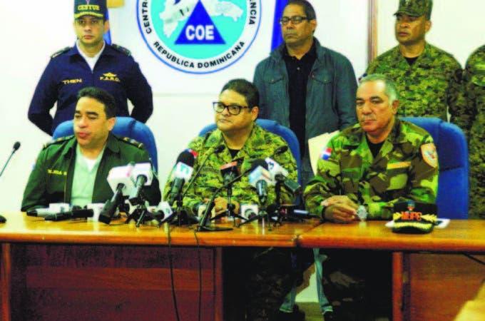 Al centro el director del COE, general Juan Manuel Méndez, al dar a conocer el primer boletín