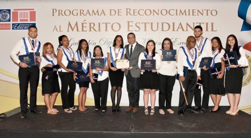 Andrés Navarro encabezó la entrega de los reconocimientos a estudiantes/Foto cortesía de Minerd