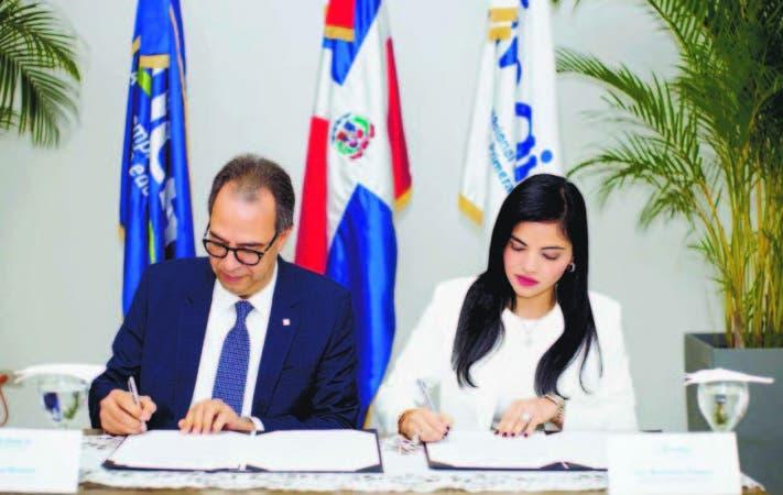 Berlinesa Franco, directora ejecutiva de INAIPI y José Mármol, presidente de EDUCA, durante la firma
