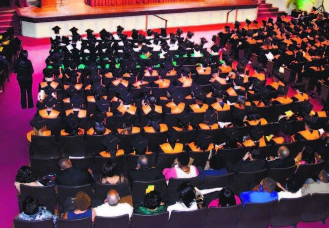 Cada año se gradúan miles de bachilleres en las distintas ramas profesionale s.
