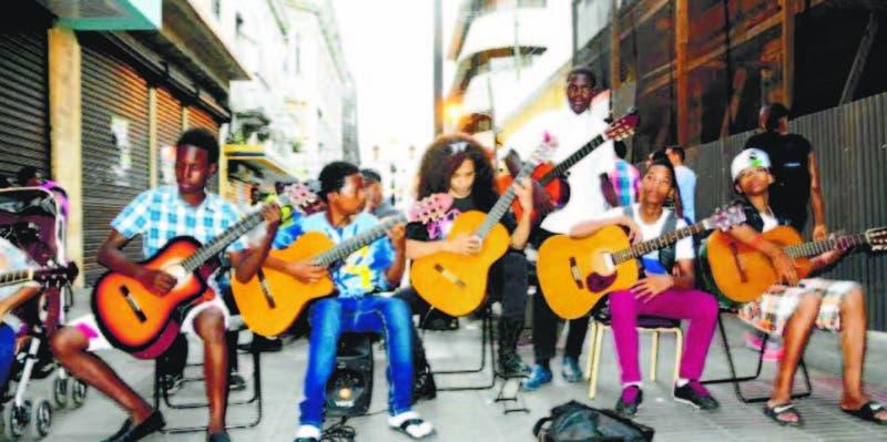 Camilo en dos años ha conmovido a muchas personas, al punto de que todas las guitarras que usan sus alumnos han sido donadas
