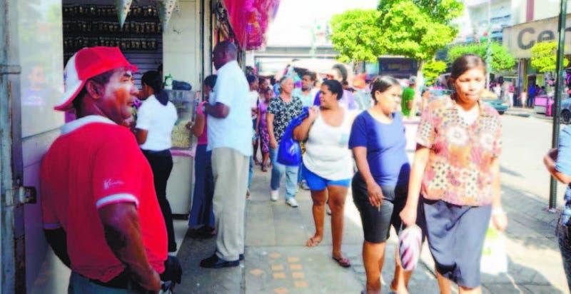 Ciudadanos se desplazan por la arteria comercial de la Duarte