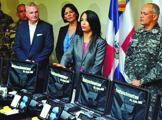 Claudia Franchesca de los Santos muestra a la prensa los equipos.